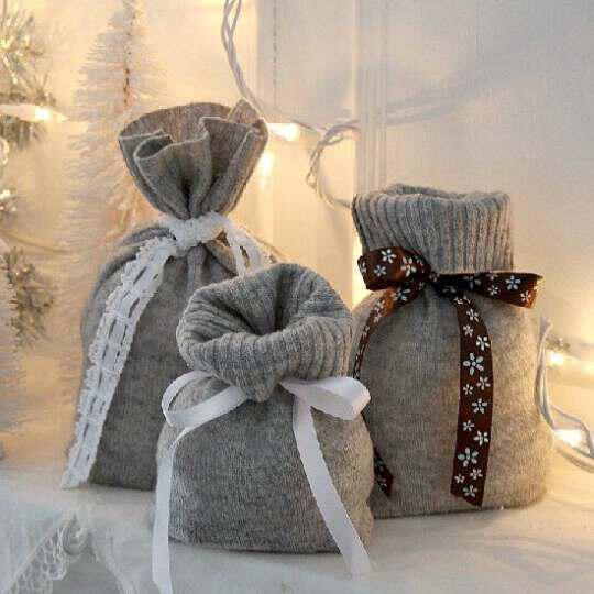 Hang stockings with Christmas gifts (4)