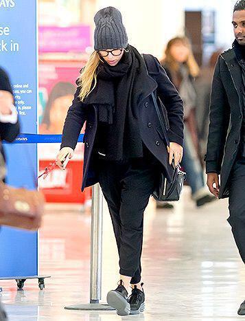 casual airport style tis scarlett johansson3 casual airport style of Scarlett Johansson