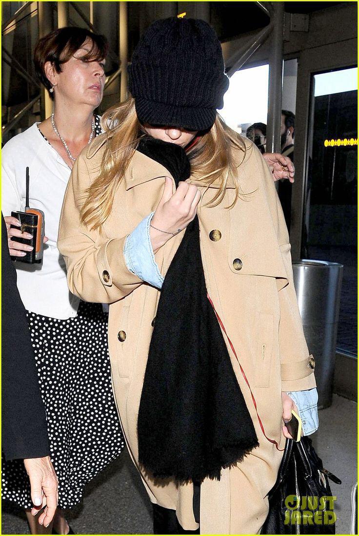 casual airport style tis scarlett johansson4 casual airport style of Scarlett Johansson