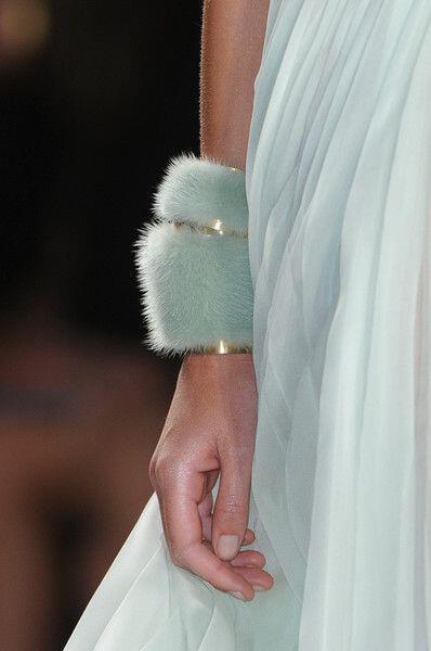 ta pio thilika gounina axesouar3 Most females fur accessories