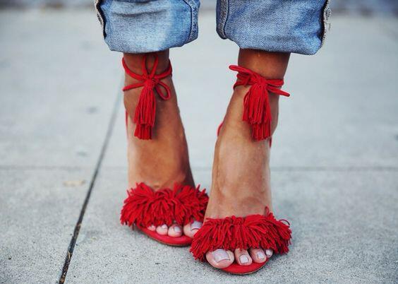 333777c819b 5 κόκκινα ψηλοτάκουνα πέδιλα που σε κάνουν style icon - dona.gr