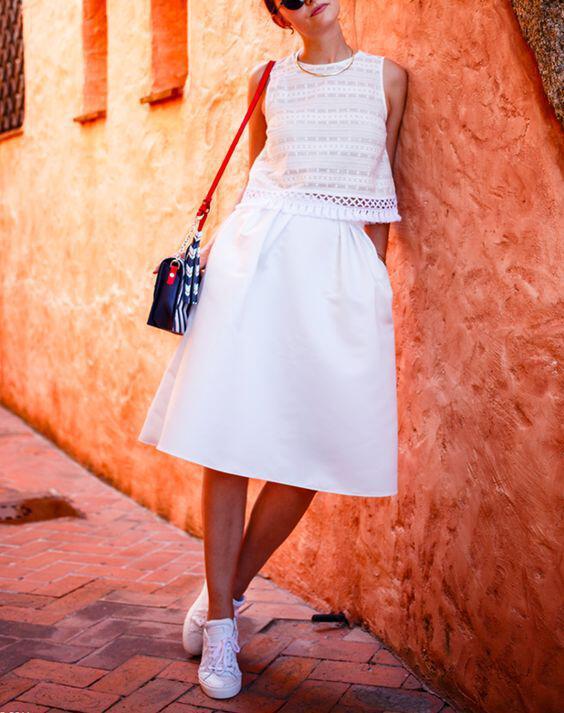 pos tha sindiasis mia lefki fousta me sneakers 1 - Πώς θα συνδυάσεις μία λευκή φούστα με sneakers